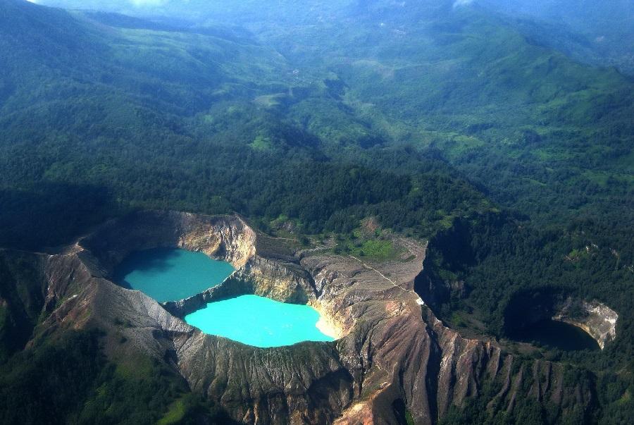 multi colored lake Kelimutu3