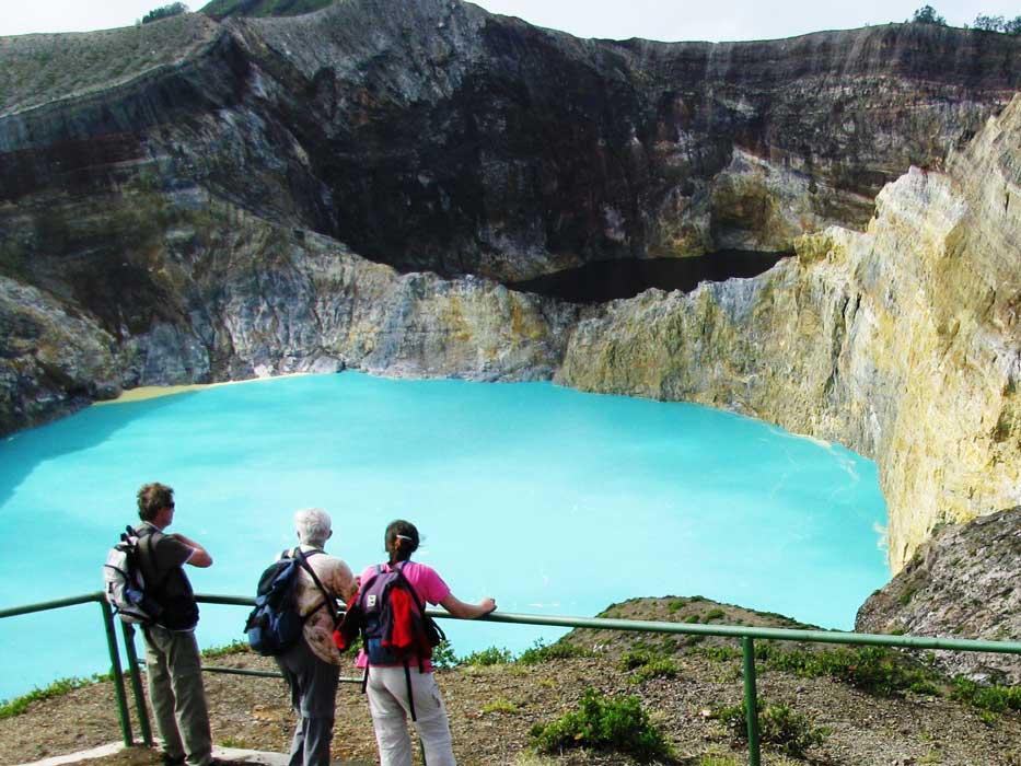 multi colored lake Kelimutu5